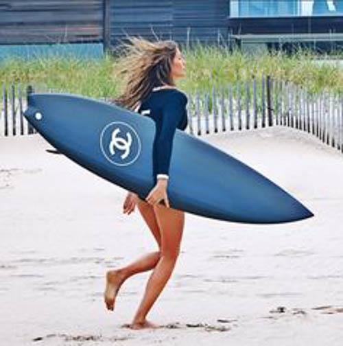 Giselle Bündchen mit Chanel Surfboard im Chanel No. 5 Spot