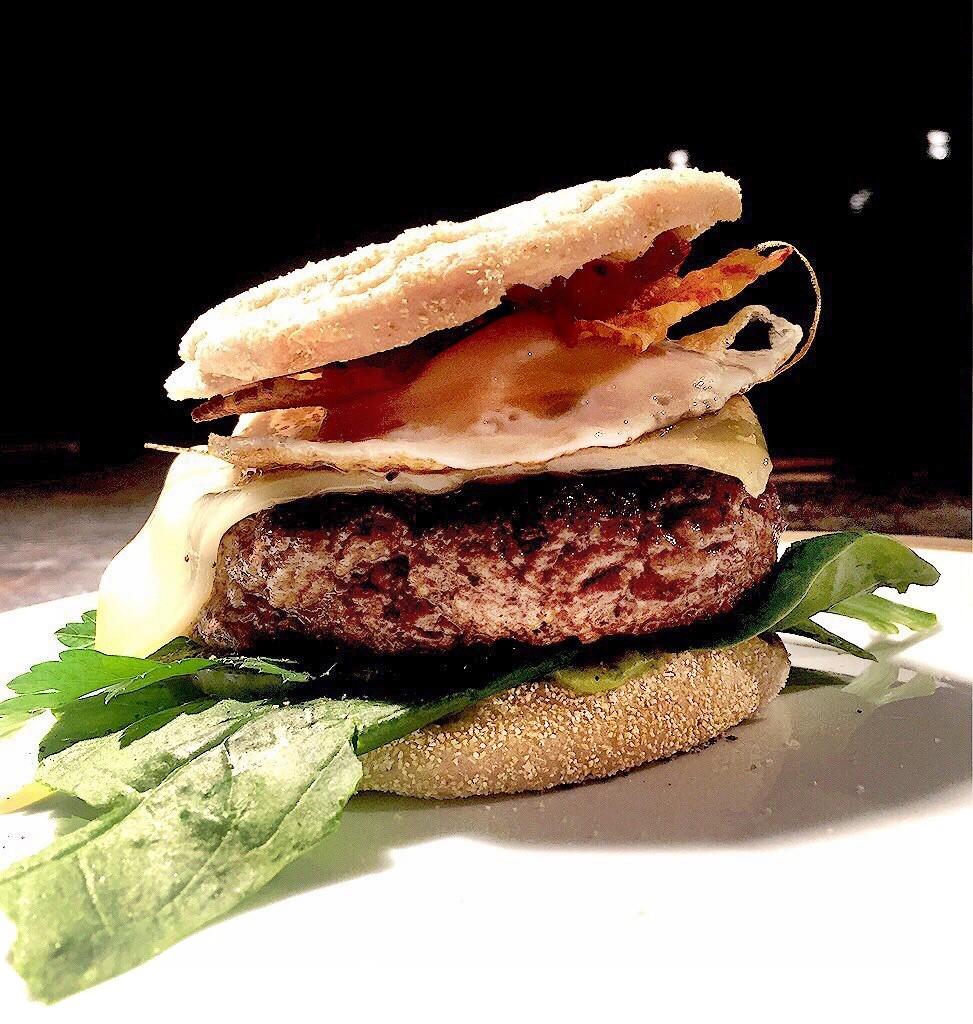 Ketogene Rezepte - Cheeseburger mit ketogener Käsefüllung und Bacon