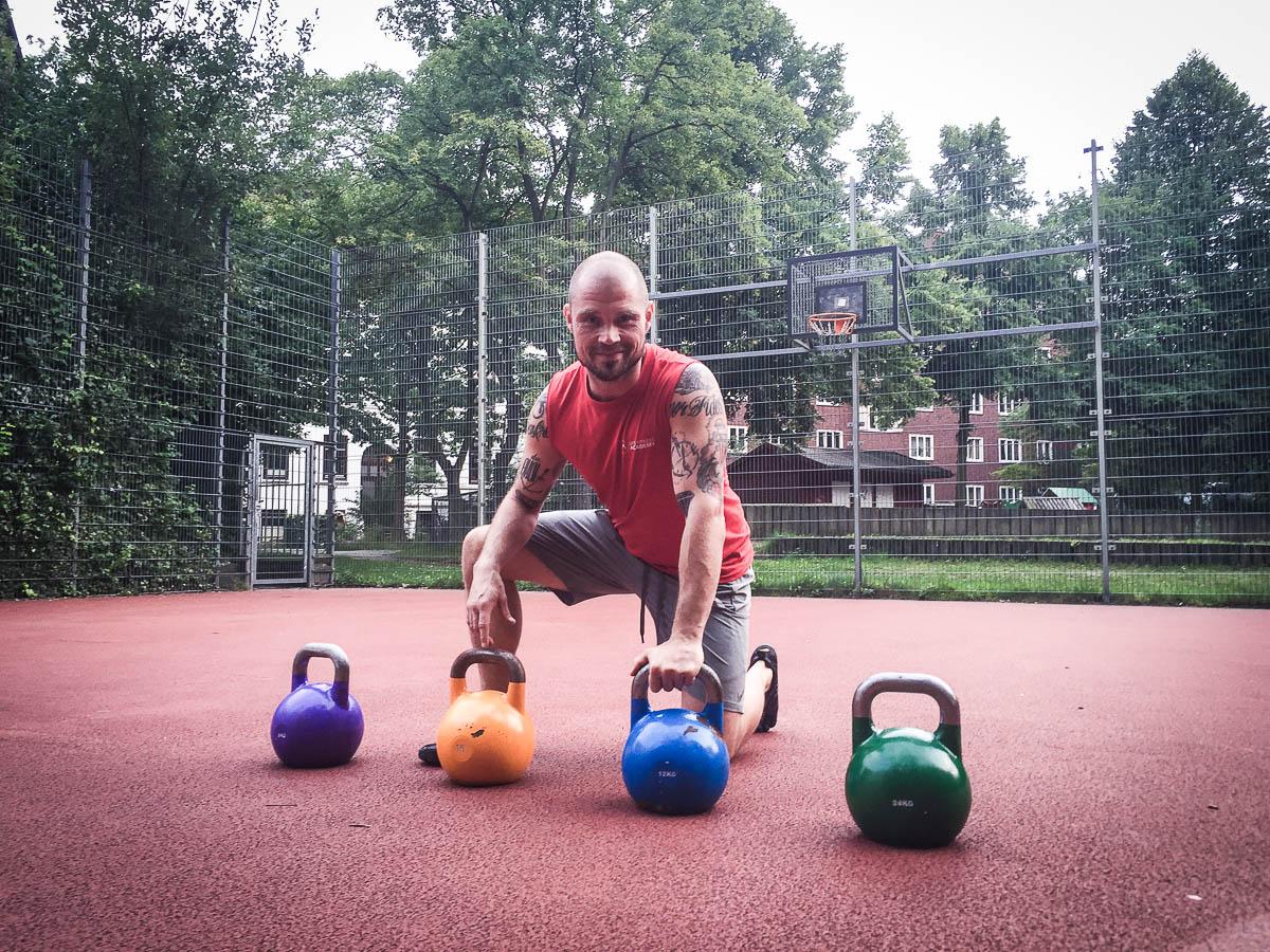 Fitnessexperte Marc Rohde von elbsprint erklärt Kettlebell Training