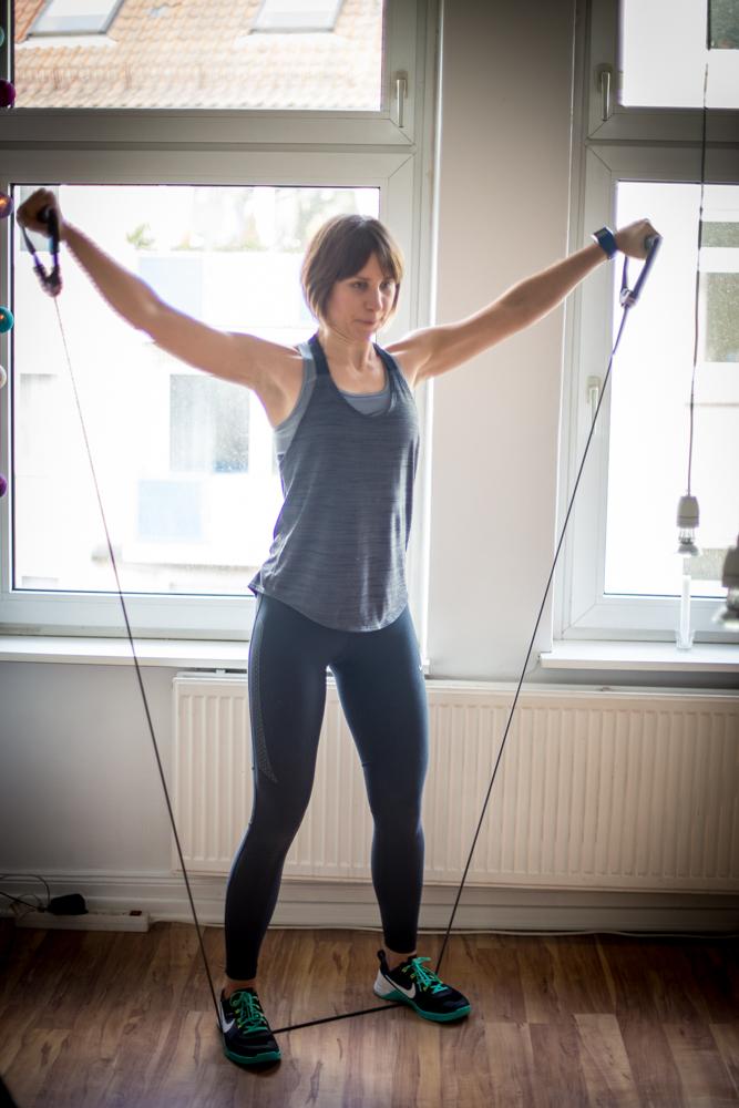 Expander Übungen für Bauch Beine und Po mit dem Fitnessband: seitliches Anheben mit dem Tube
