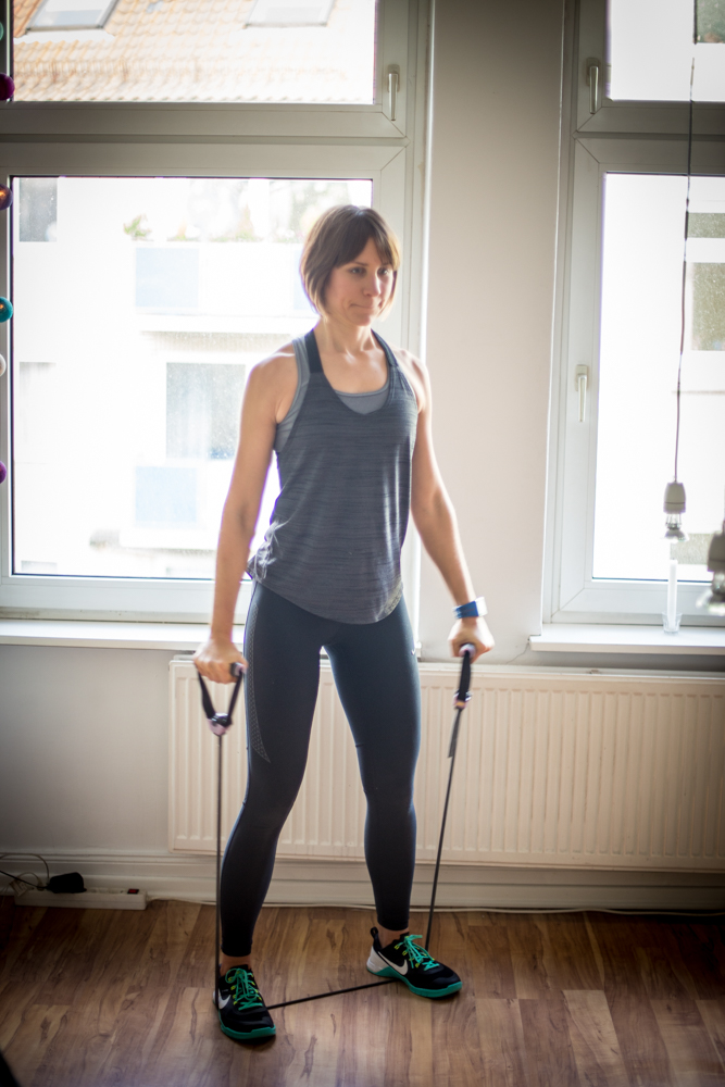 STRONG Body Challenge - Monat 2 - seitliches Anheben mit dem Tube