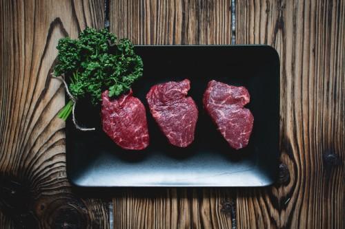 Zu viel Protein kann die Ketose negativ beeinflussen. Vermeide fettarme Proteinquellen bei der Ketogenen Ernährung und achte auf die Menge. Zu viel Protein wandelt sich in Kohlenhydrate um - es sei denn du machst Sport und deine Muskeln verarbeiten es entsprechend.