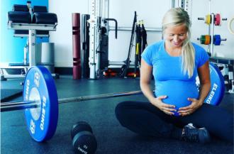 Sport in der Schwangerschaft - Darf man Krafttraining mit Babybauch machen?