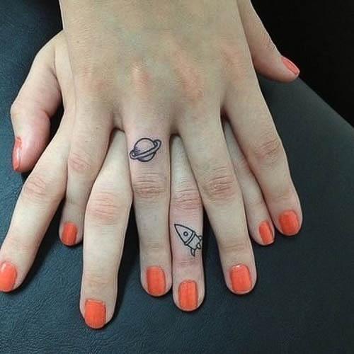 Rakete und Planet als Mini Tattoomotiv am Finger