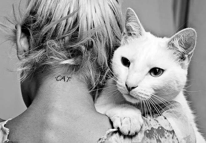 Und noch eine Katze als Tattoo im Nacken