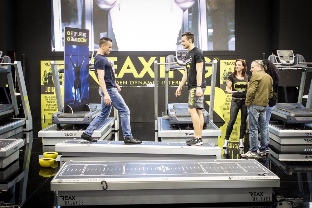 REAX Balance haben wir ehrlich gesagt auch nicht so richtig verstanden, irgendwas mit Gleichgewicht und Tiefenmuskulatur, die Standshow war jedenfalls sehr hibbelig...