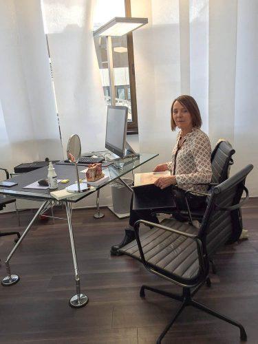 Beatrix Scharpenberg vor der Behandlung im Besprechungsraum von Frau Afsaneh Fadem
