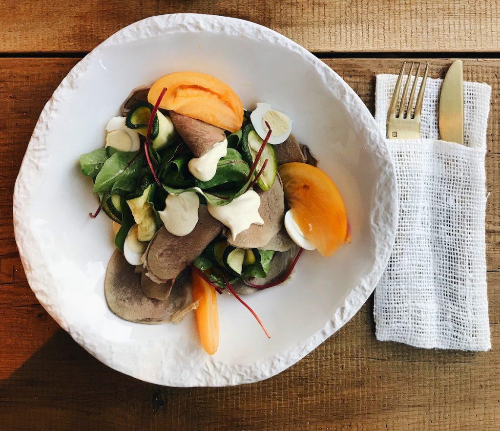 Low Carb Mittagessen: Salat mit Schinken-Pfirsichen
