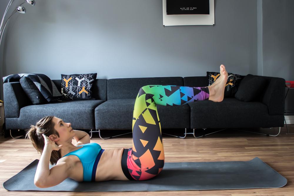 Crunches mit angewinkelten Beinen und fen gesamten gerade Bauch
