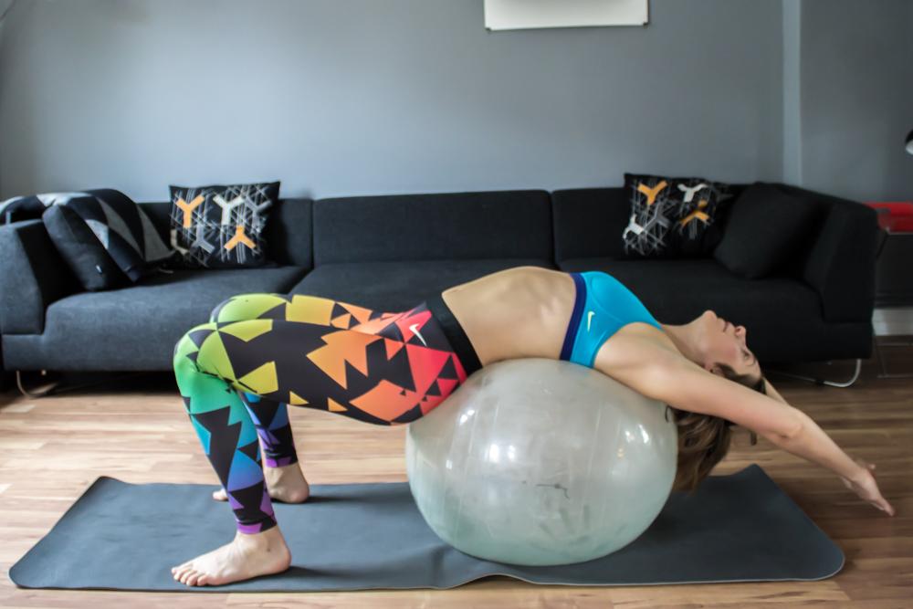 Überstreckter Crunch auf dem Gymnastikball, für die ganze Bauchmuskelkette