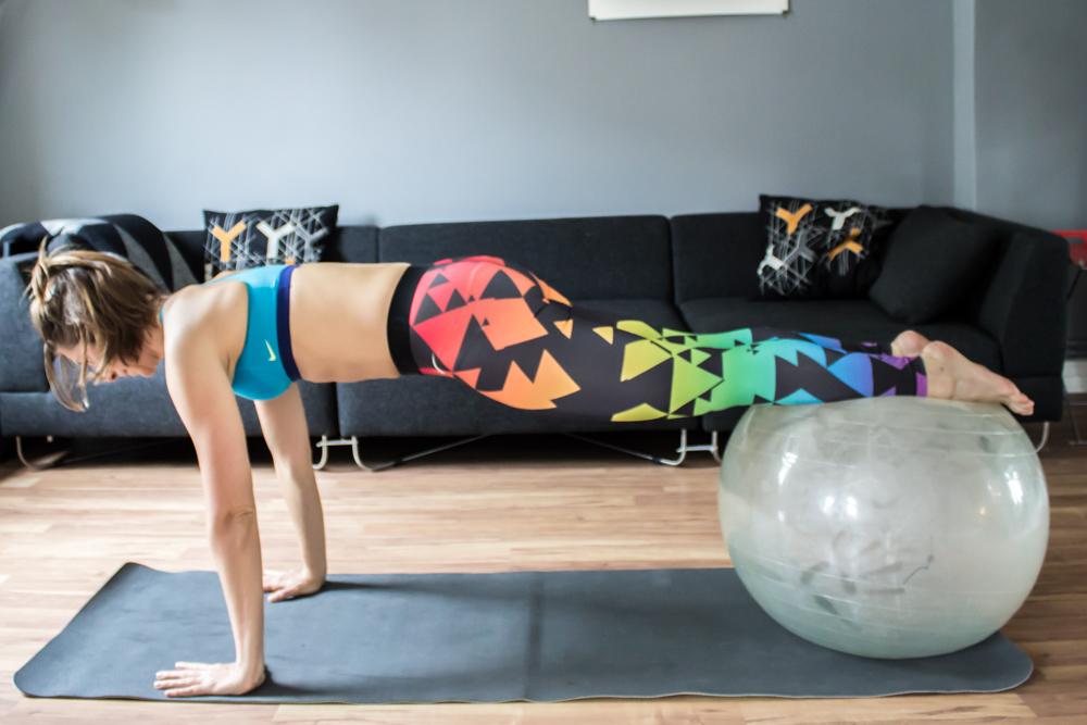 Plank auf dem Gymnastikball für die gesamte Bauchmuskulatur