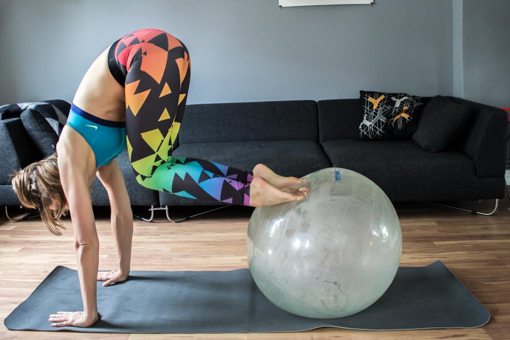 Atomic Crunch auf dem Gymnastikball für die gerade Bauchmuskulatur