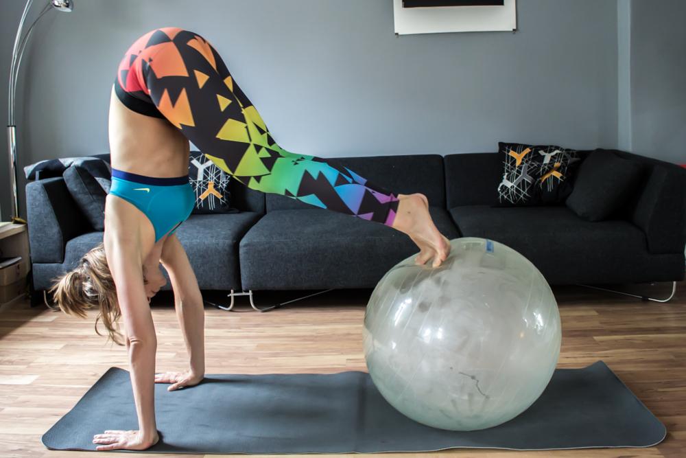 Pike auf dem Gymnastikball für die gerade Bauchmuskulatur - Bauchmuskeltraining