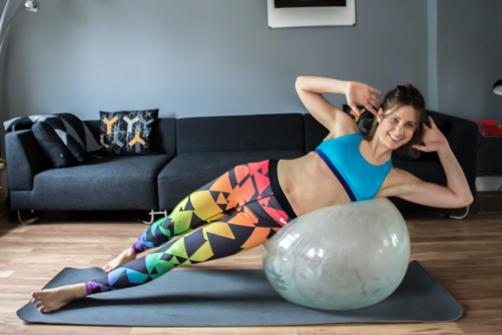 Seitliche Crunches auf dem Gymnastikball für eine schlanke Taille - Bauchmuskeltraining