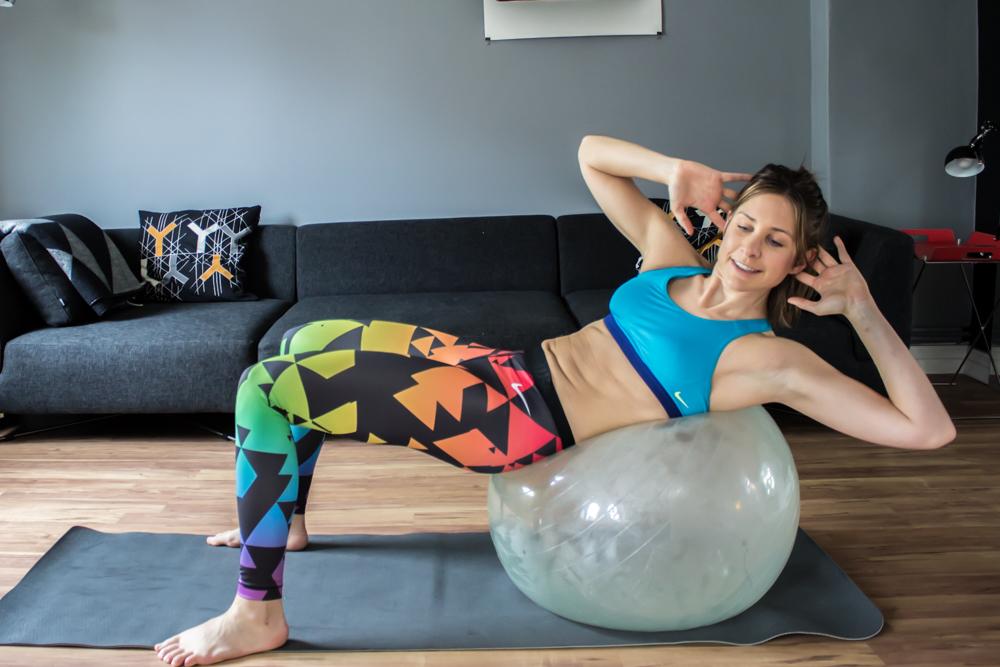 Diagonaler Crunch auf dem Gymnastikball - Bauchmuskeltraining