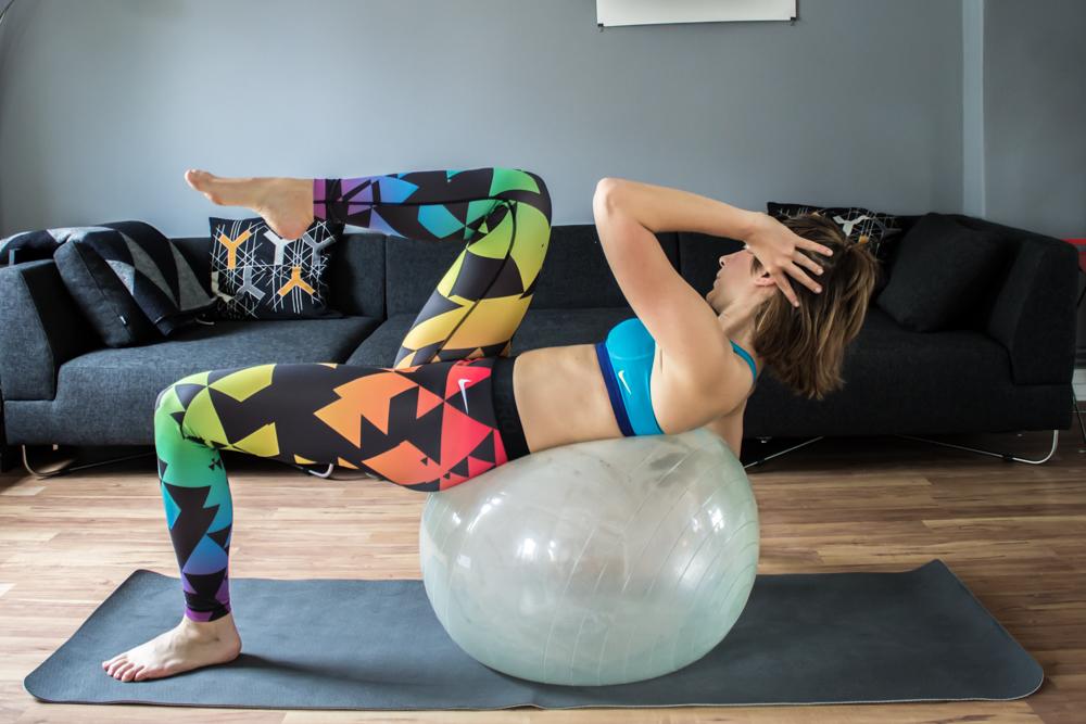 Diagonaler Crunch mit Bein auf dem Gymnastikball