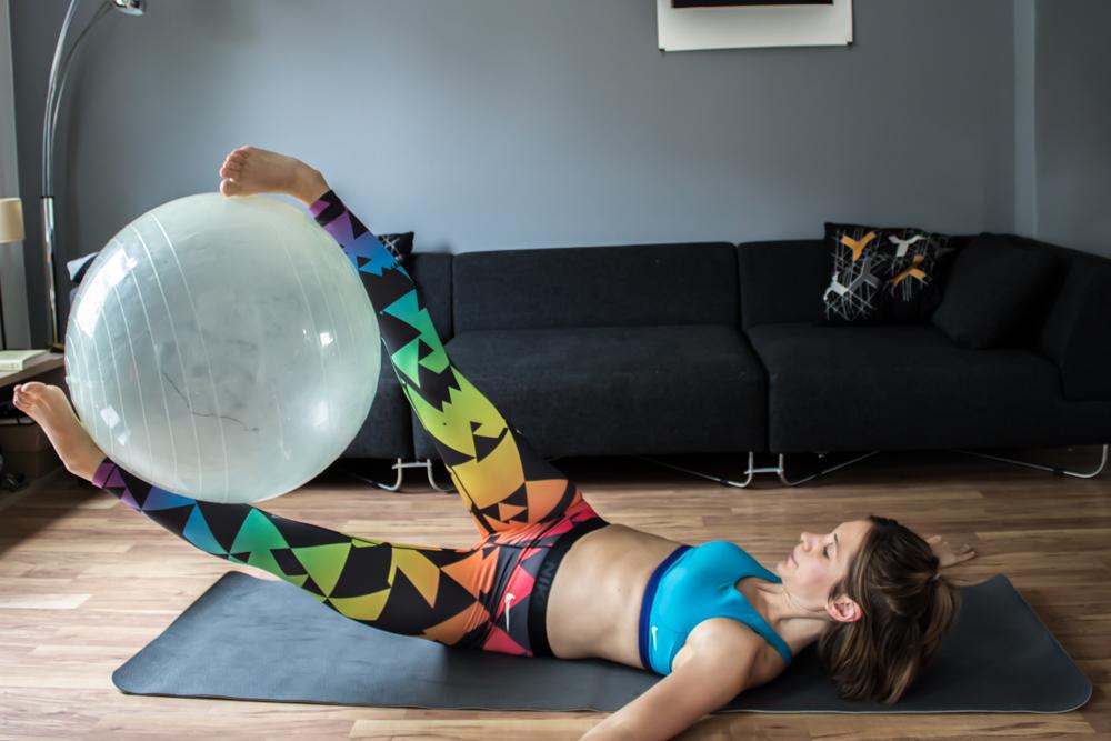 Leg Rotation mit Gymnastikball - Bauchmuskeltraining
