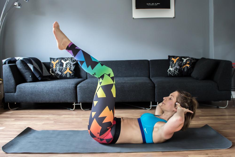 Crunch mit angehobenen Beinen