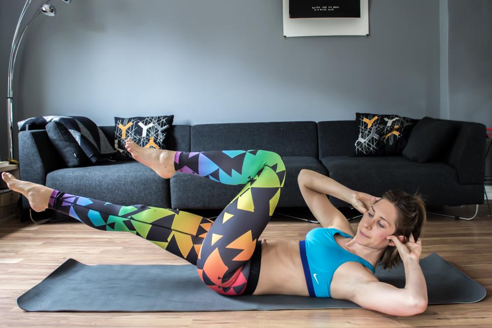 Diagonaler Crunch mit angehobenen Beinen für die seitliche Bauchmuskulatur