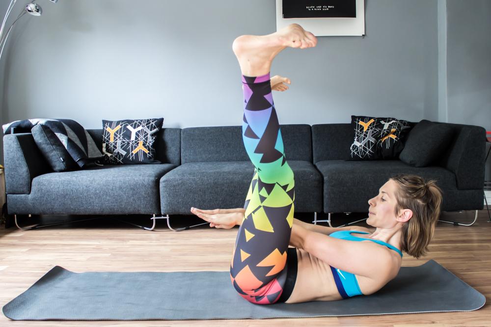 Crunch durch die Beine - Bauchmuskeltraining für zu Hause