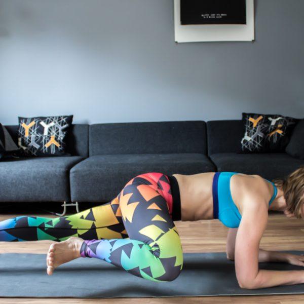 Seitlicher Crunch in der Plank - eine super Kombiübung für die gerade und seitliche Bauchmuskulatur