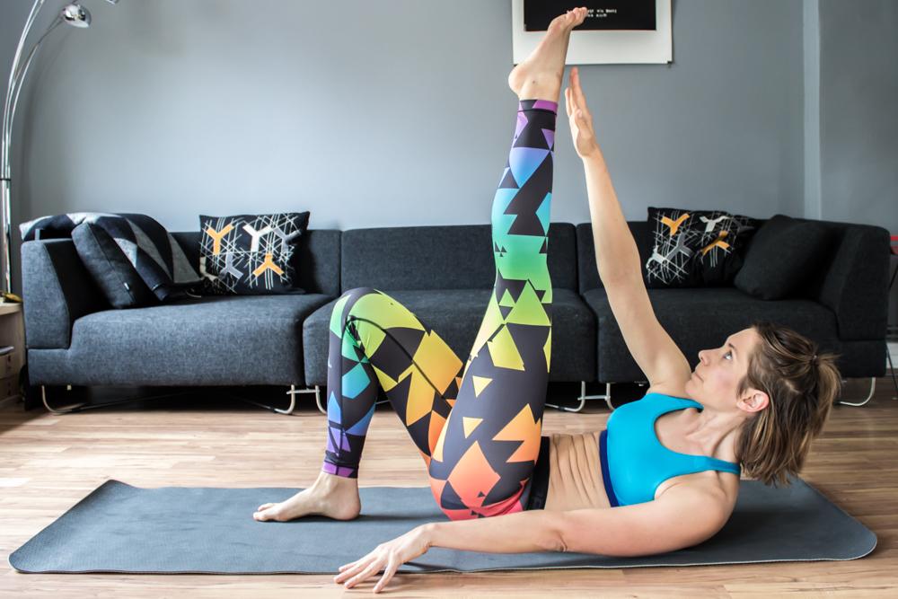 Diagonaler Crunch mit gestreckten Beinen - Bauchmuskeltraining zu Hause
