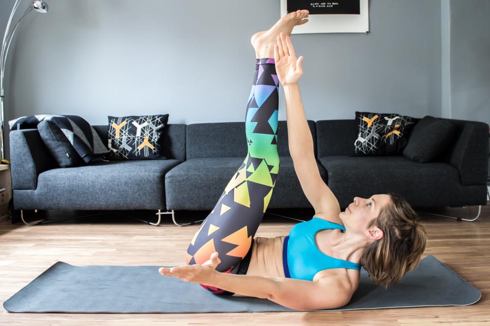 Toe Tap Crunch hoch zu den Füßen, für die gerade und seitliche Bauchmuskulatur