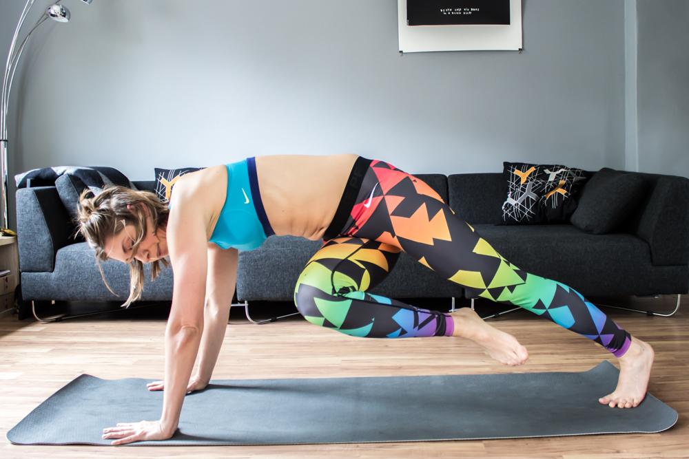 Diagonaler Plank Crunch - für die obere, seitliche Bauchmuskulatur