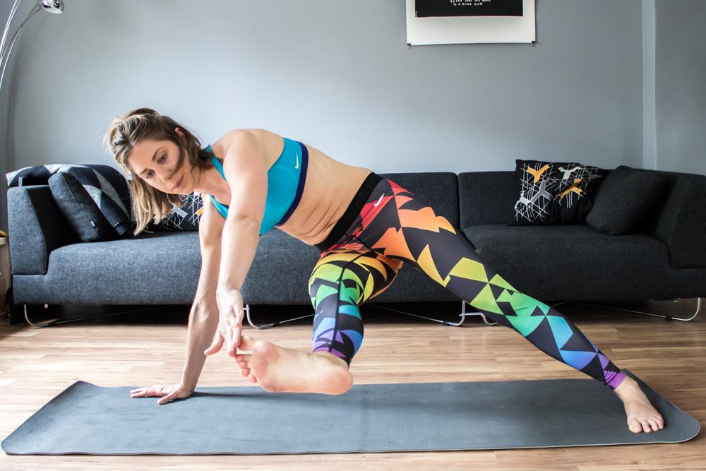 Diagonale Toe Touches - Bauchmuskelübungen für zuhause
