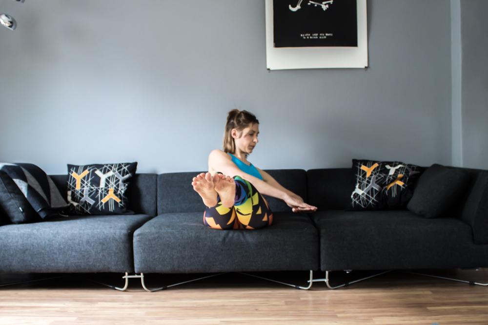 Russian Twist auf der Couch - Bauchmuskeltraining