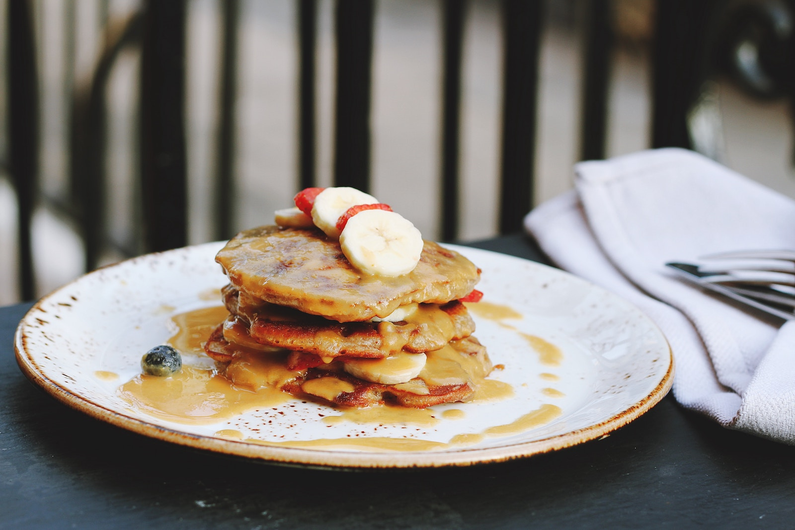 Erdbeer Bananen Protein Pancakes Rezept - Photo by Toa Heftiba on Unsplash