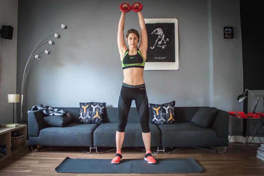 HIIT Übung 1 - Squat mit Schulterpresse - HIIT Workout Plan
