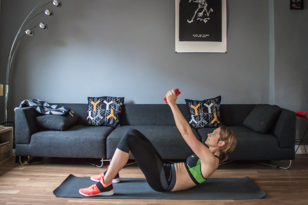 Crunches mit Hantel oder Medizinball - HIIT Workout Trainingsplan