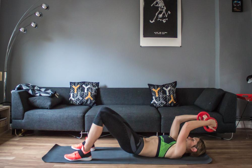 Hüftheben mit Trizeps Curls am Boden - HIIT Übung