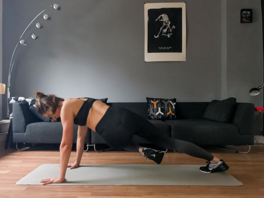 Plank Variante mit Bein eindrehen - für eine schmale Taille und seitliche Bauchmuskulatur