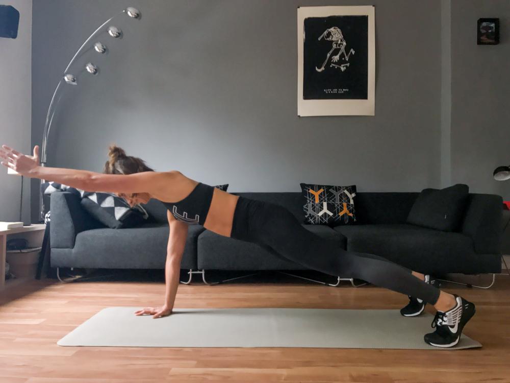 Bankstütz mit Arm heben für die Tiefenmuskulatur im Bauch