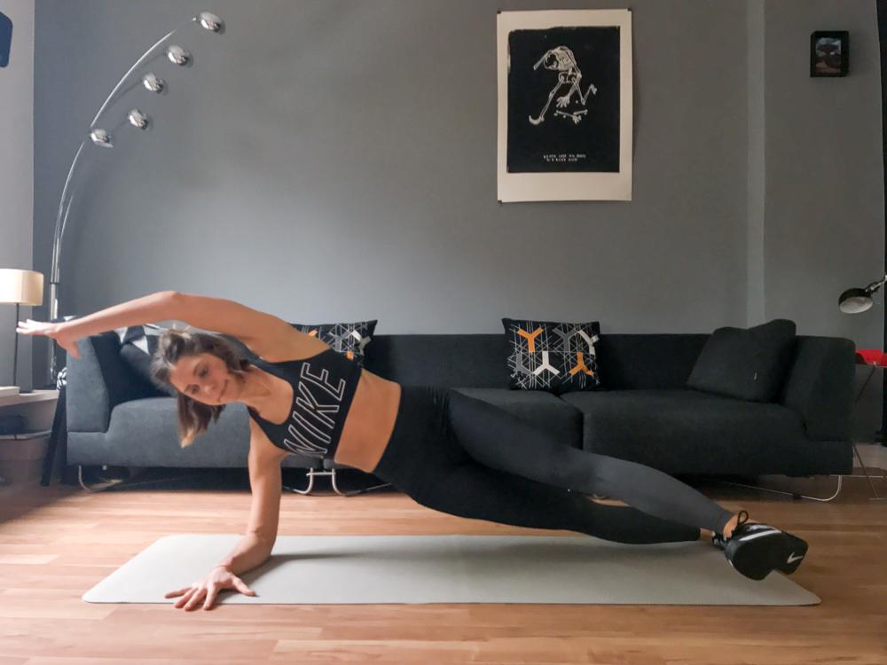 Unterarmstütz mit Bein und Arm verschieben für schöne Abs an der Taille und eine starke Core Muskulatur