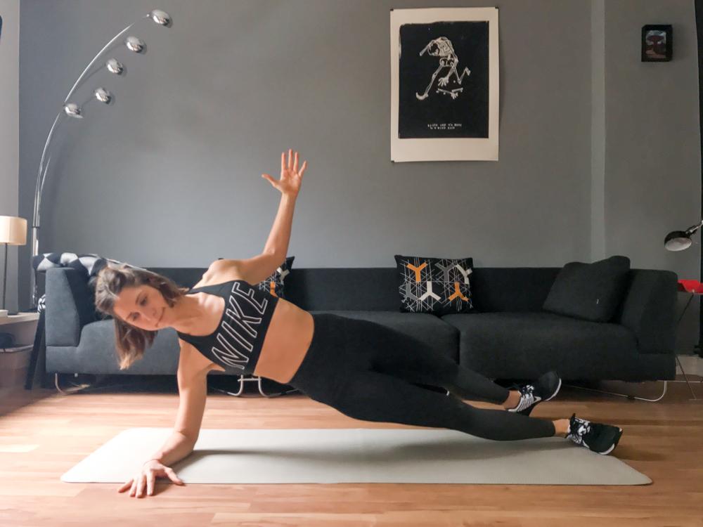 Seitlicher Unterarmstütz mit Bein und Arm Rotation für die gesamte Bauchmuskulatur und einen schönen flachen Bauch