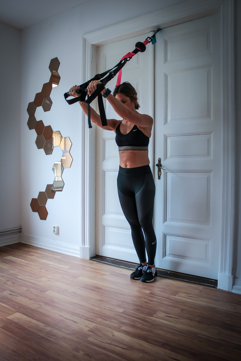 Trizeps Drücken im Schlingentrainer