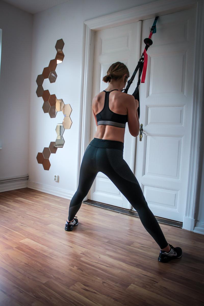 Side to Side Lunges im TRX - Übung für den Po und die Oberschenkel