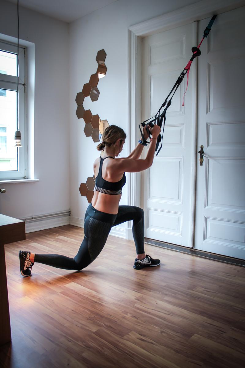 Side Cross Lunge im Schlingentrainer - Übung für den Po & die Beine