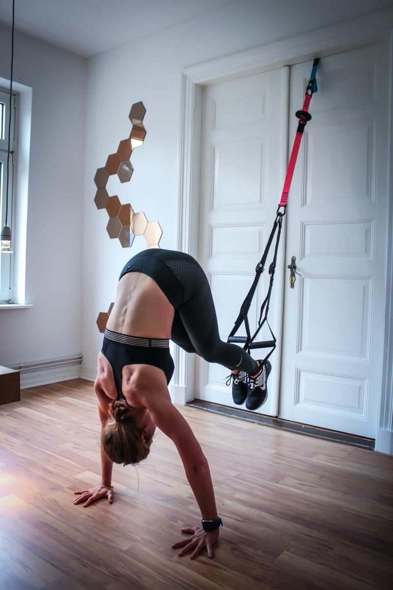 Plank Pike im Schlingentrainer - Übung für die geraden Bauchmuskeln