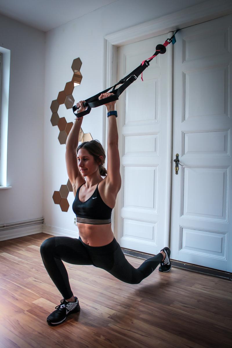 Klassischer Ausfallschritt mit Armheben im Schlingentrainer