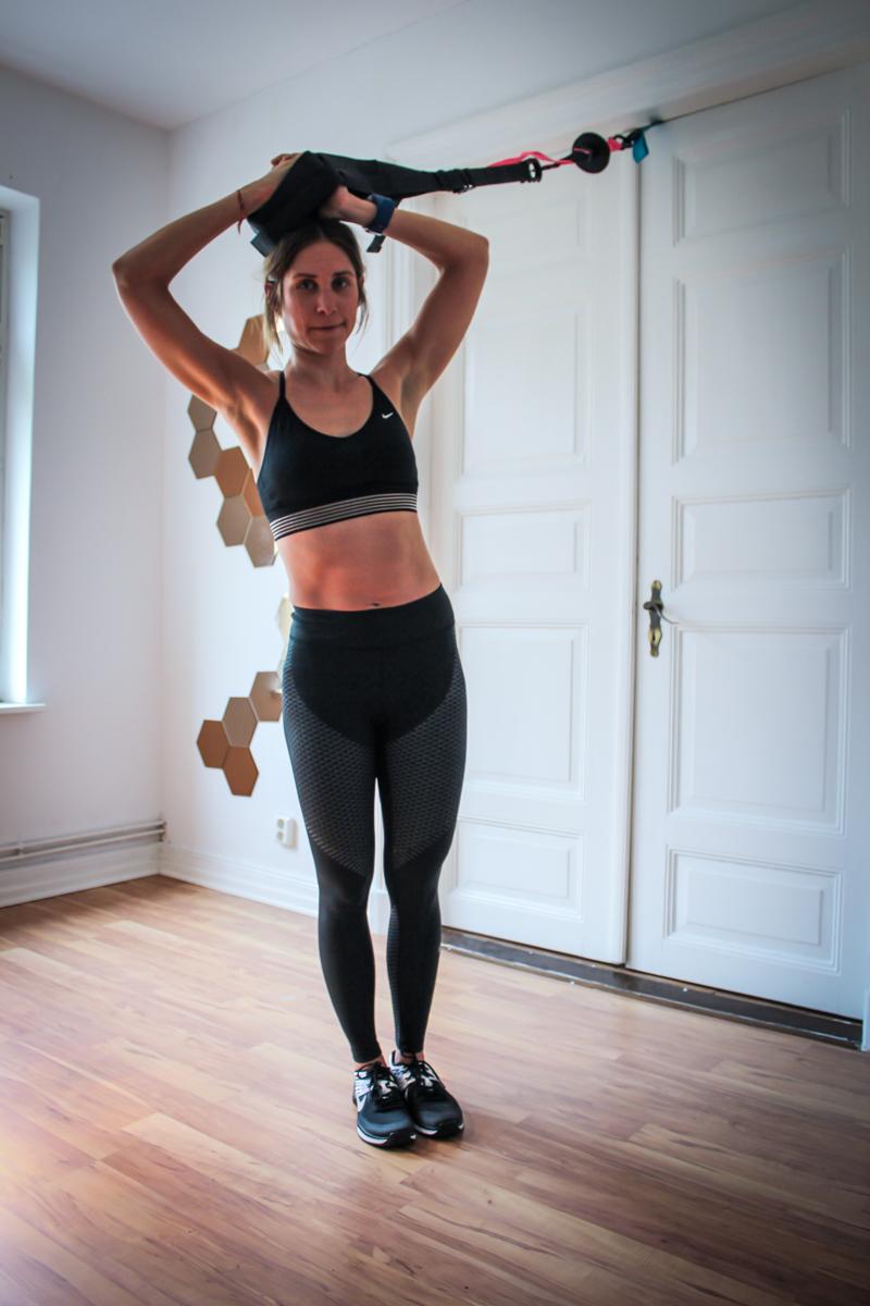 Seitlicher Crunch im Stehen im Sling Trainer