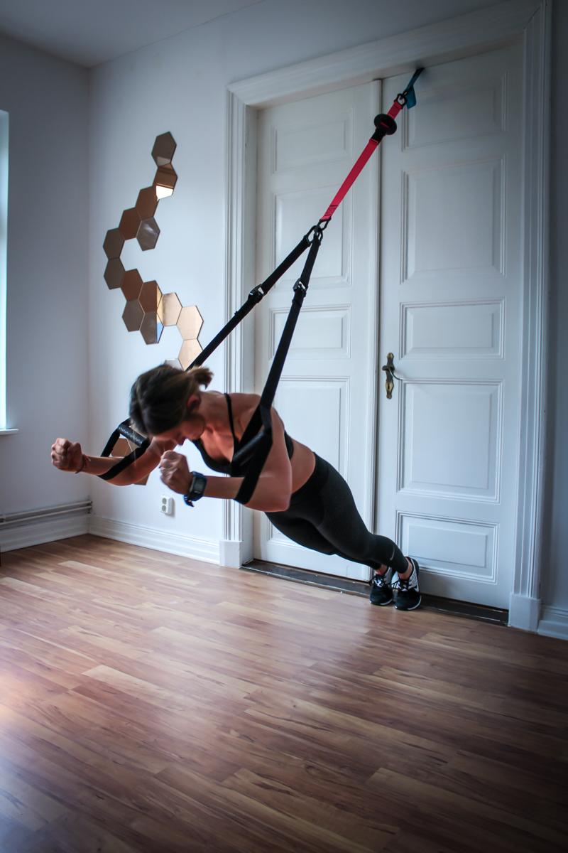 Butterfly im Sling Trainer für die Brustmuskulatur