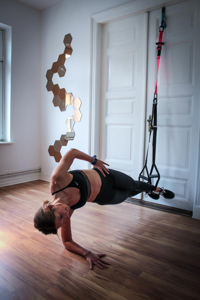 Seitliche Plank im Sling Trainer mit Crunch für die seitliche Bauchmuskulatur