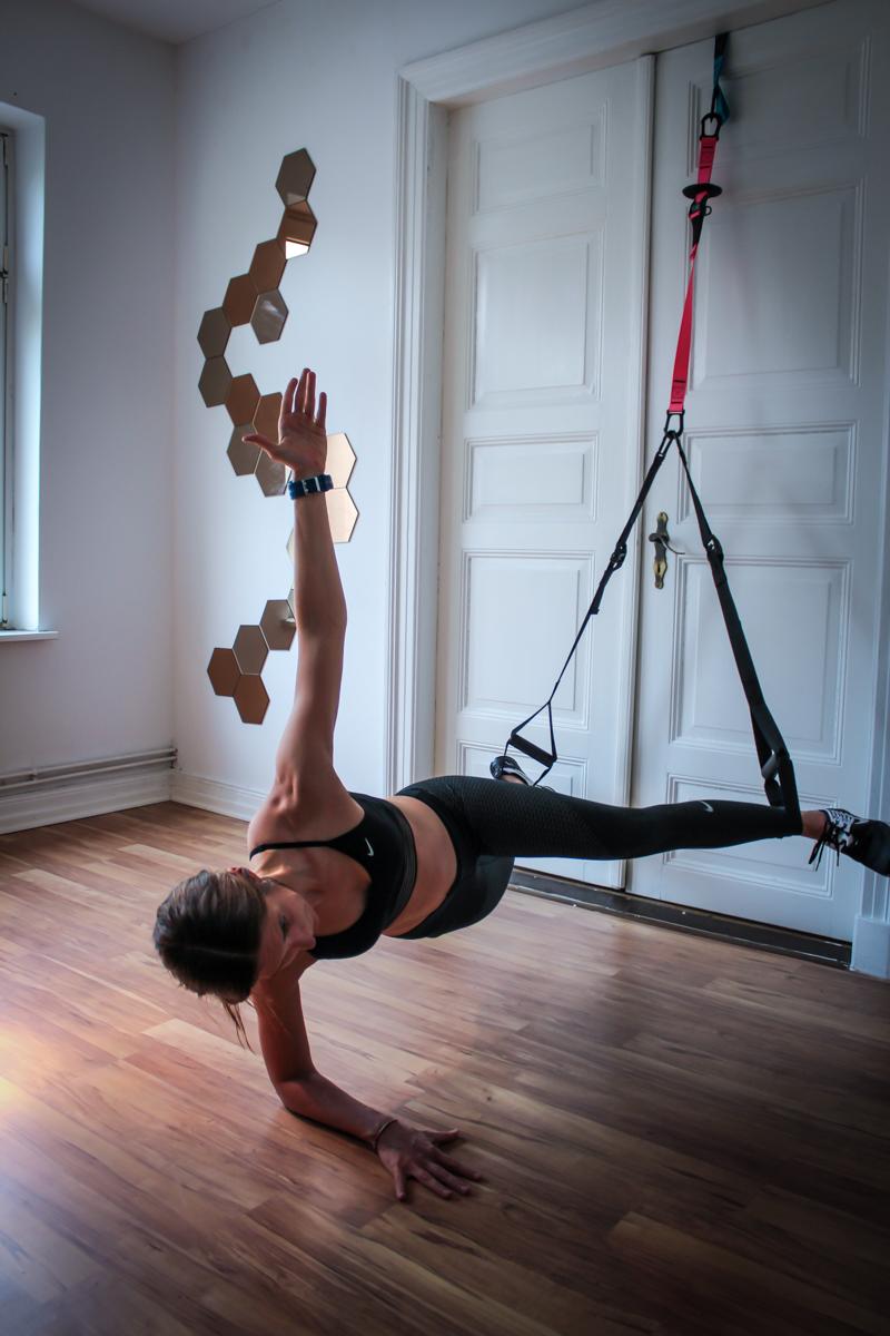 Plank Jacks seitlich im TRX - für die seitlichen Bauchmuskeln