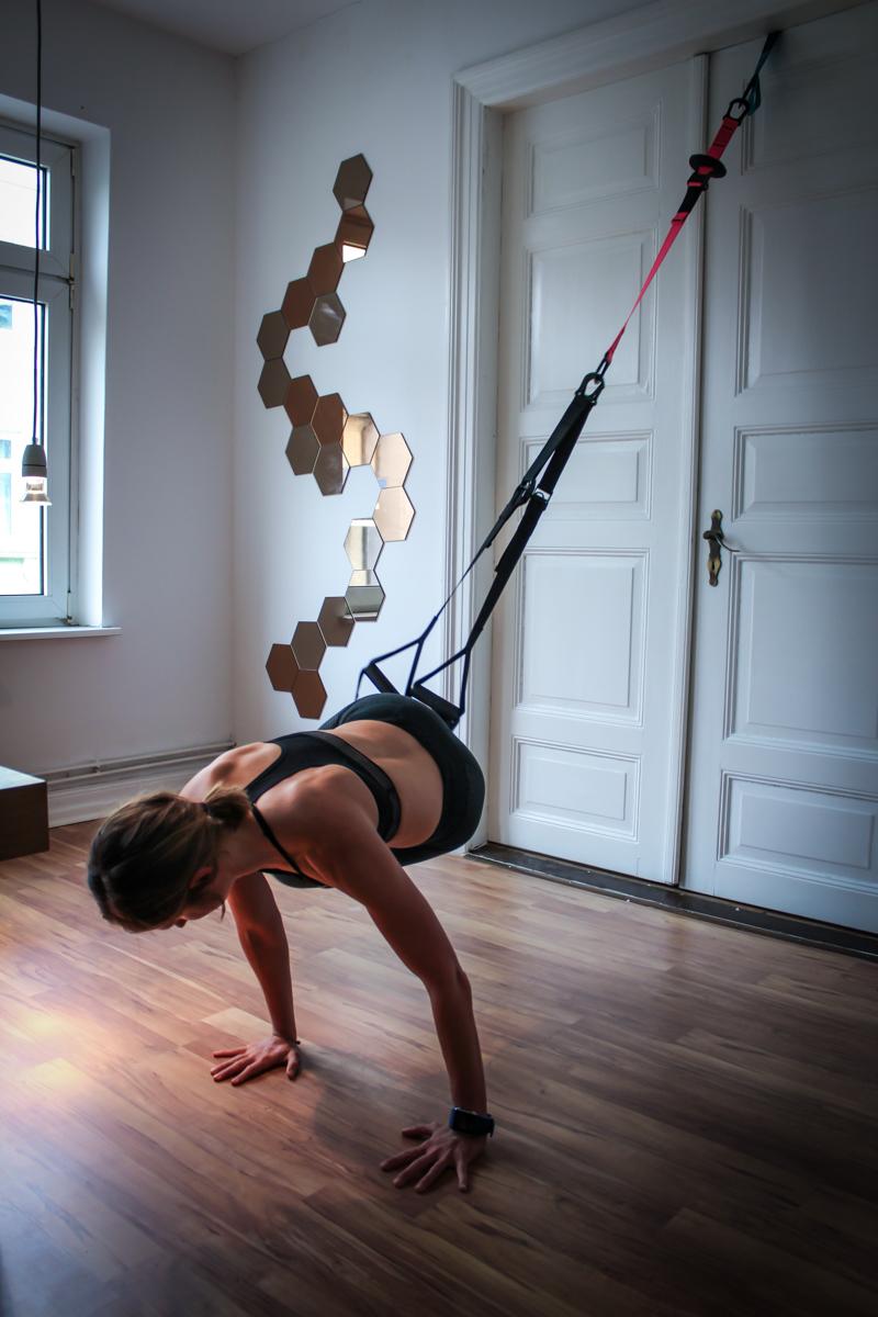 Oblique Crunches für die seitliche Bauchmuskulatur . Sling Trainer Übung Bauch