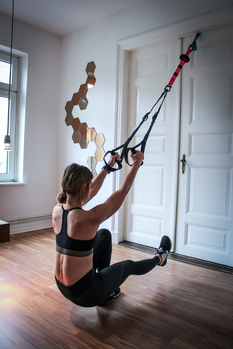 Pistol Squats im Slingtrainer - Schlingentrainer Übung für Po & Beine
