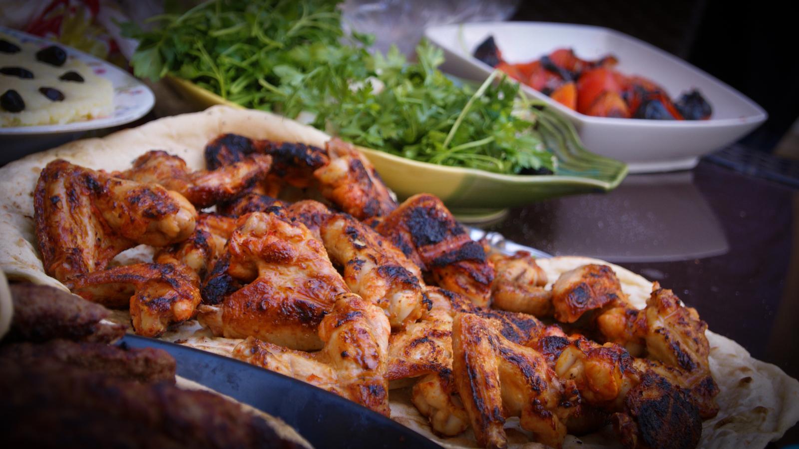 Chicken Wings mit Salat - perfektes ketogenes Abendessen
